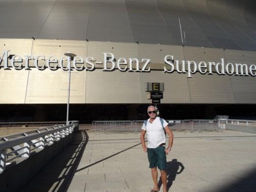 Bruno devant Le Mercedes-Benz Superdome