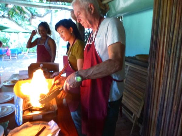 Atelier cuisine à Tra Que Bruno flambe