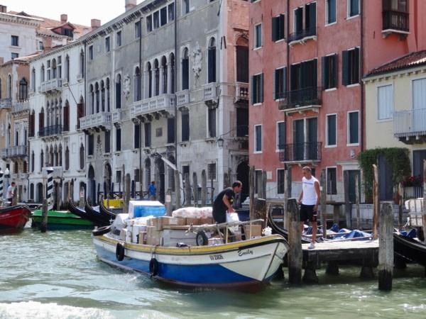20 juin 2017 Venise une gondole de livraison